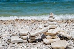 在学校议院海滩的被堆积的石头 免版税库存图片