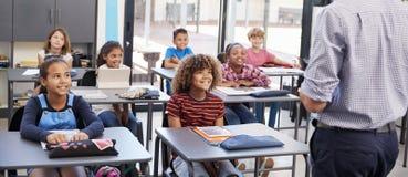 在学校课程,后面看法前面的老师,全景 免版税库存照片