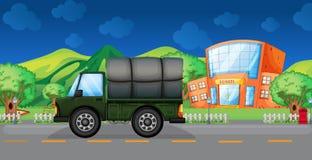 在学校附近的货物卡车 库存图片