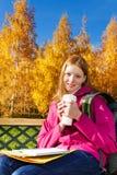 在学校以后的白肤金发的女孩在公园 库存照片