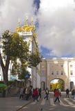 在学苑和凯瑟琳宫殿教会翼之间的曲拱 库存照片