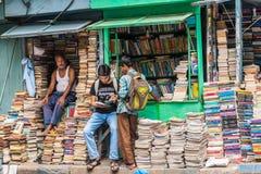 在学院街道的书市场 库存照片
