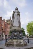 在学院绿色附近的女王维多利亚纪念碑在布里斯托尔在英国 免版税库存照片