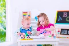 在学龄前绘画的孩子 免版税库存照片