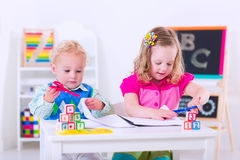 在学龄前绘画的孩子 库存照片
