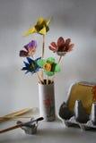 在孩子创造性的活动做的花花束 免版税图库摄影