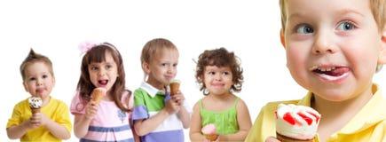 在孩子小组前面的愉快的男孩与被隔绝的冰淇凌 免版税库存图片