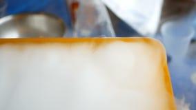 在孩子的化工展示集会 在玻璃烧瓶和试管橙色塑胶容器背景的氮气  股票视频