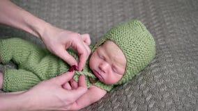 在孩子的母亲定象被编织的绿色帽子 股票录像
