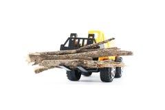 在孩子的运载的玩具铲车的木头 免版税库存照片