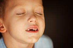 在孩子第一颗牙外面的秋天 库存图片