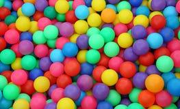 在孩子` ballpit的许多五颜六色的塑料球 免版税库存照片