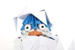 在它外面的婴孩origami企鹅偷看是壳。 免版税库存图片