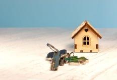 在它旁边的小的房子是钥匙 聘用hous的标志 免版税库存图片