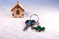 在它旁边的小的房子是钥匙 聘用hous的标志 库存图片