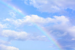 在它的天空的彩虹是五颜六色和美丽的 免版税库存图片
