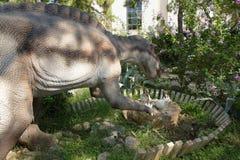 在它的巢附近的恐龙用鸡蛋 在Dinopark 图库摄影