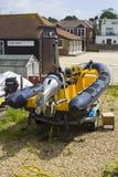 在它的拖车的一块强有力的赛跑的肋骨在港口在准备好英国的南部的Warsash被发射 免版税库存图片