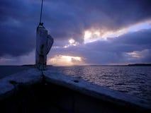 从在它的旅行的一条渔夫小船看的惊人的日出从里约Preto嘴的口岸在Peruibe,对Morro做圣保罗 库存图片