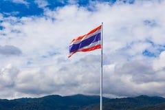 在它的杆的泰国国旗飞行在一个明亮的晴天 免版税图库摄影