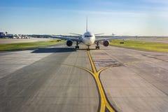 在它的跑道的飞机在机场 库存图片