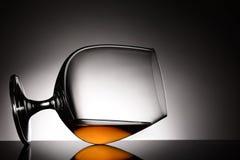 在它的边的白兰地酒一口威士忌酒 免版税库存图片