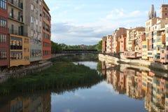 在它的途中的河Onyar通过希罗纳 免版税库存图片