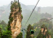 在它的途中的缆车在砂岩柱子和峰顶中的上面 库存图片