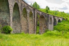 在它附近的老奥地利石铁路桥viaductand自行车 免版税图库摄影