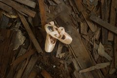 在守旧派废墟的芭蕾舞鞋 免版税图库摄影