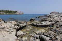 在安东尼・奎恩海湾的美丽的景色在希腊 免版税库存图片
