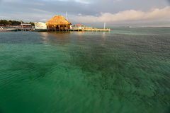 在安伯格里斯岛靠码头在离伯利兹的附近海岸  免版税库存图片