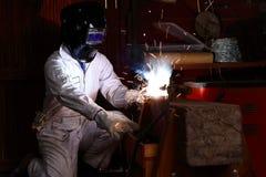 在安全一致的焊接金属的专业焊工在工厂 行业概念 库存照片