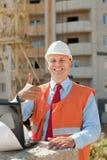 在安全帽的愉快的建造者 免版税库存图片