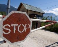 在安全检查站停车牌 免版税库存图片