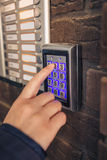 在安全键盘的妇女拨的密码 免版税库存照片
