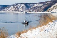 在安加拉河的来源的一条小船从贝加尔湖的在冬天 免版税库存图片