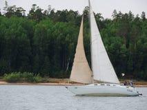 在安加拉河的游艇风帆 免版税图库摄影