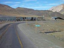 在安地斯山的山口的涂柏油的路 免版税库存图片
