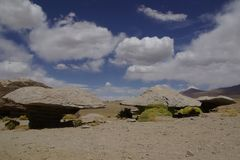 在安地斯山风景的岩层在玻利维亚 免版税库存照片