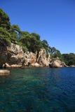 在安地比斯地中海的岩石海岸线  免版税图库摄影