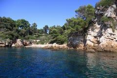 在安地比斯海湾地中海的岩石海岸线  免版税库存图片
