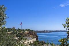 在安塔利亚市的从海滩的全景和地中海停放 antalya火鸡 图库摄影
