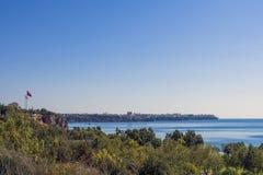 在安塔利亚市的全景,老从海滩的镇Kaleici和地中海停放 antalya火鸡 免版税库存照片