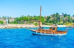 在安塔利亚海岸的游艇 库存图片