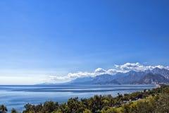 在安塔利亚海滩的全景,山和地中海从海滩停放 antalya火鸡 免版税库存图片