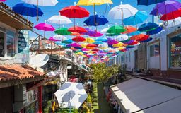 在安塔利亚,土耳其打开五颜六色的伞垂悬在街道 免版税库存图片