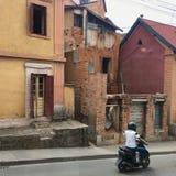 在安塔那那利佛,马达加斯加的首都街道的摩托车  库存照片