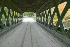 在安多弗,新罕布什尔的Cilleyville沼泽被遮盖的桥 免版税图库摄影