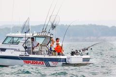在安大略湖的家庭-宪章小船渔三文鱼 免版税库存图片